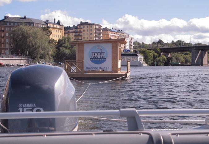 Bogsering av bastuflotte till kund i Stockholm