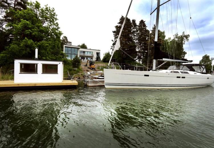 Frank bastuflotte med en mastad storebror i Österåker