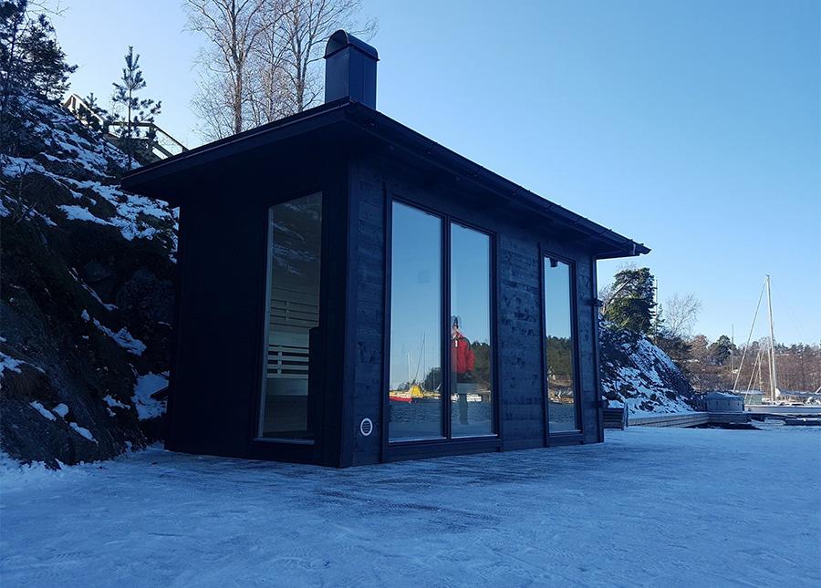 Vår nya gårdsbastu Ella, med stora fönster från golv till tak
