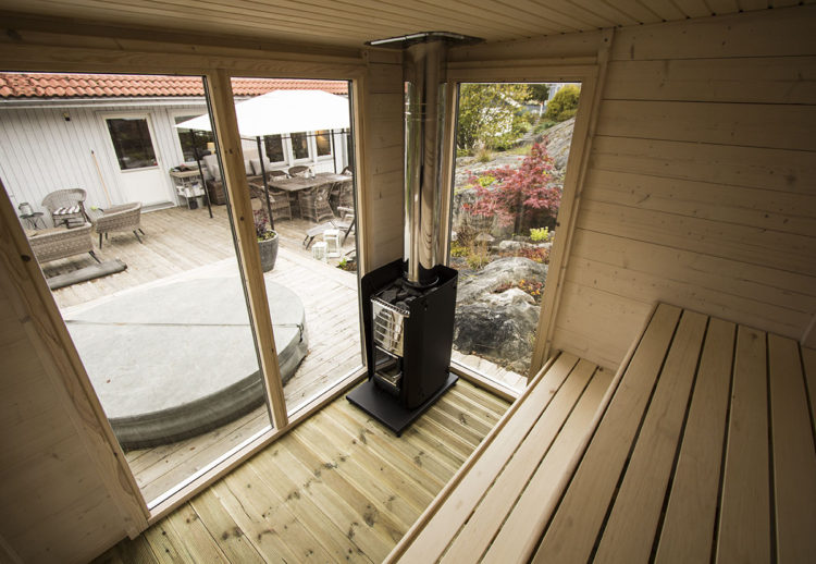 Fönster från tak till golv i en snygg bastu på gården