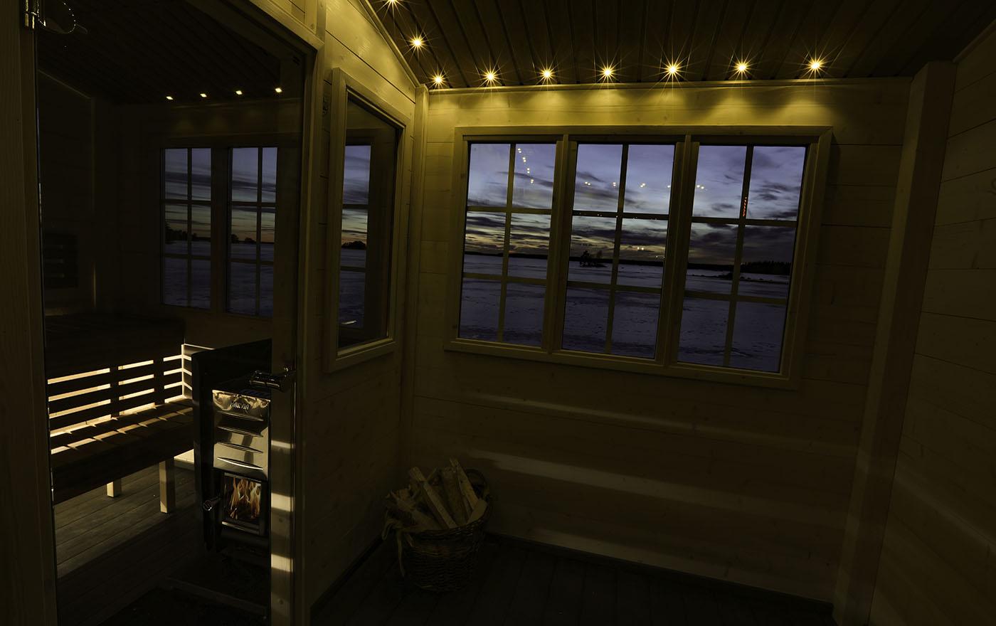 Belysning i tak och bakom lavar ger fin stämning i bastun