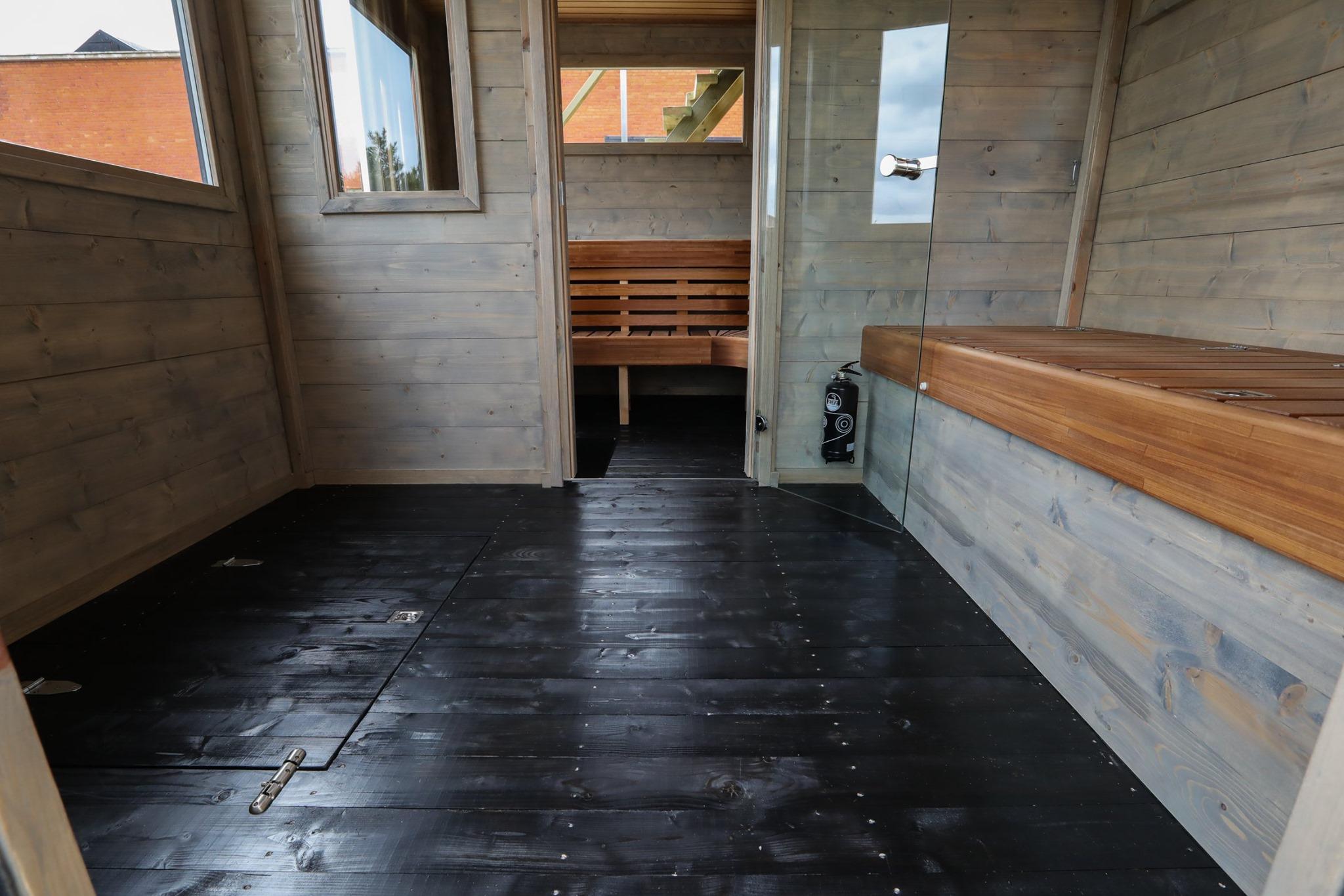Mörkt golv i bastuflotte