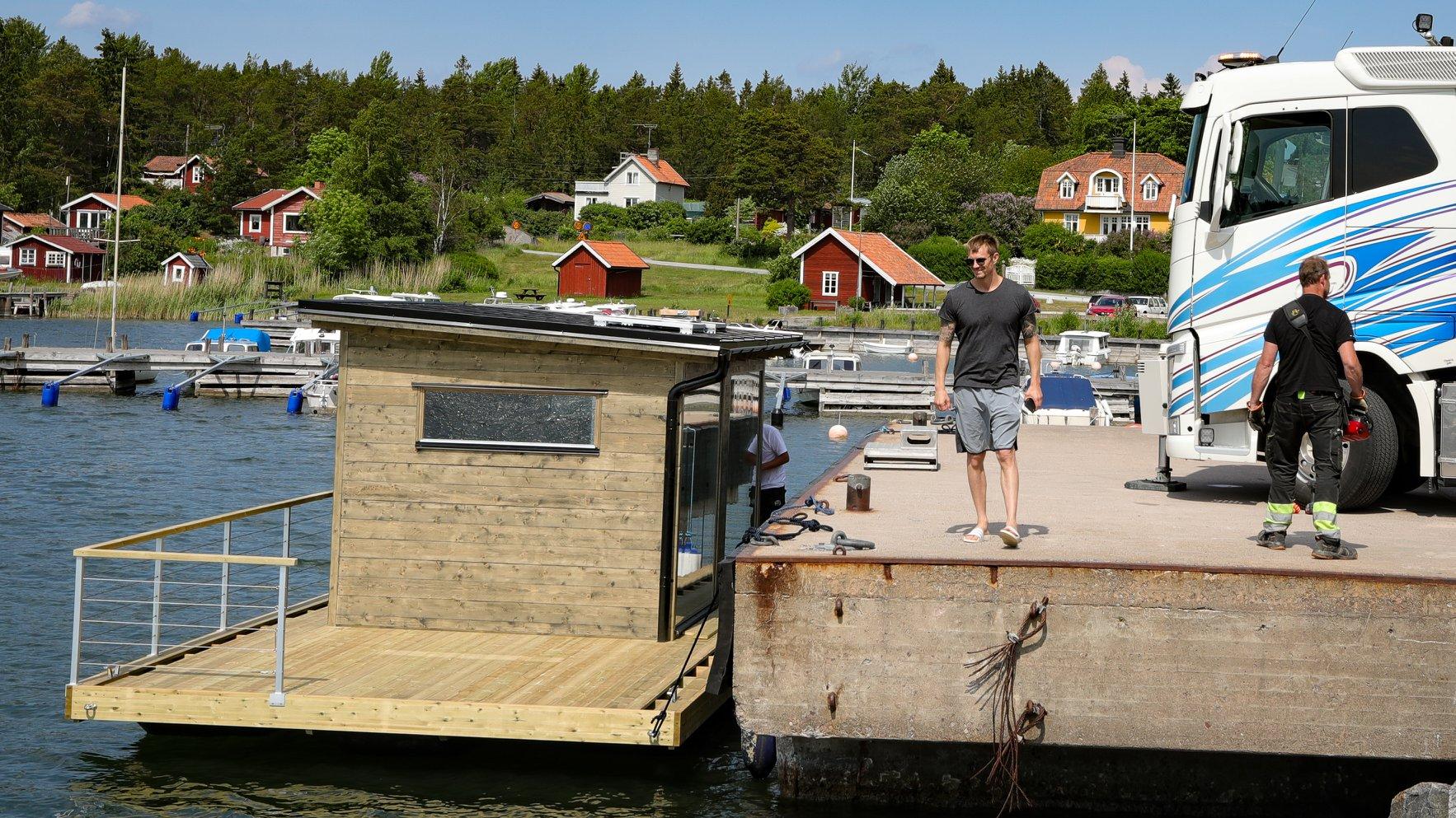 Joel Kinnaman tar emot sin nya bastuflotte från Marinbastun
