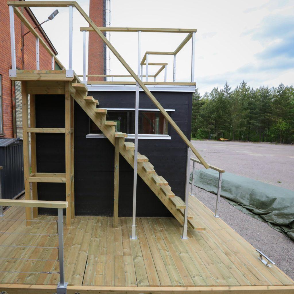 Bastuflotte med takterrass under trappan finns en smart vedförvaring