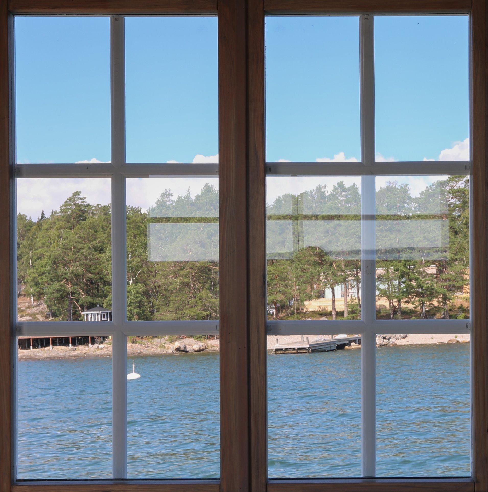 Marinbastu med spröjsade fönster