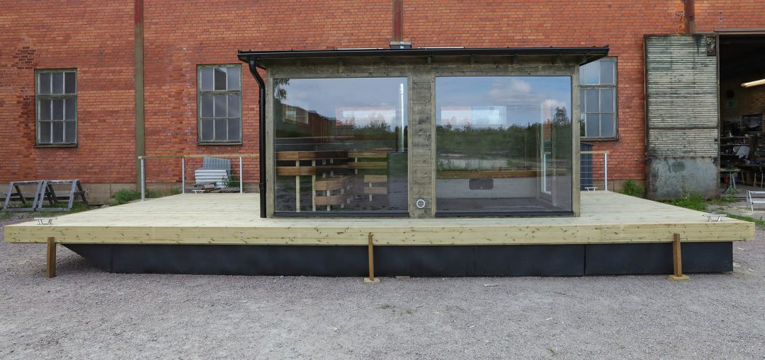 Rymlig bastubåt med helglasfönster