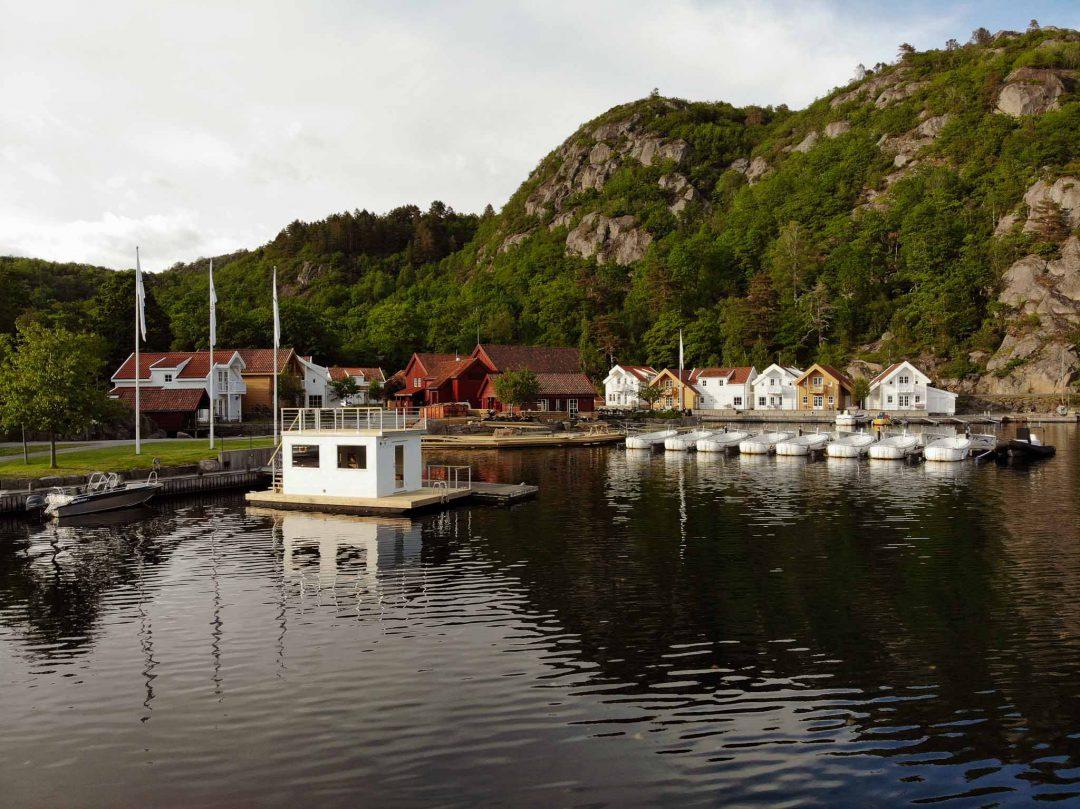 En vacker vit bastuflotte till Farsund Resort i Norge