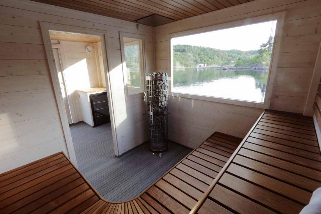 Bastubåt Frank XL invändigt med väggar i vitt bastuvax och värmebehandlade lavar