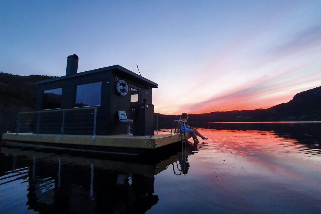 Preikestolens bastuflotte i solnedgången