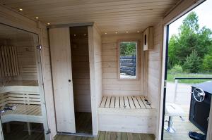 På denna bastubåt finns även ett utrymme för toalett/förvaring