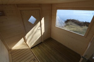 Bastutrailer med stort fönster i vilorummet