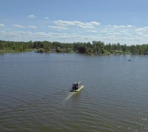 På sjön med en fin bastuflotte