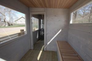 En bastuflotte med stora fönster, förvaringslåda i omlädningsrummet