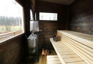 Två fönster i bastuutrymmet på gårdsbastun