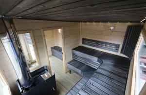 Svart tak och svarta lavar bastuflotte
