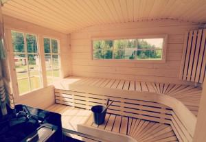 Bastustuga basturum med spröjsade fönster