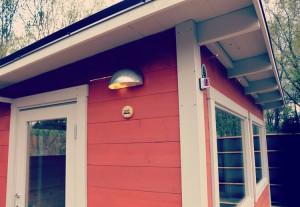 Här har kunden valt röd färg på sin bastu för att matcha sitt hus